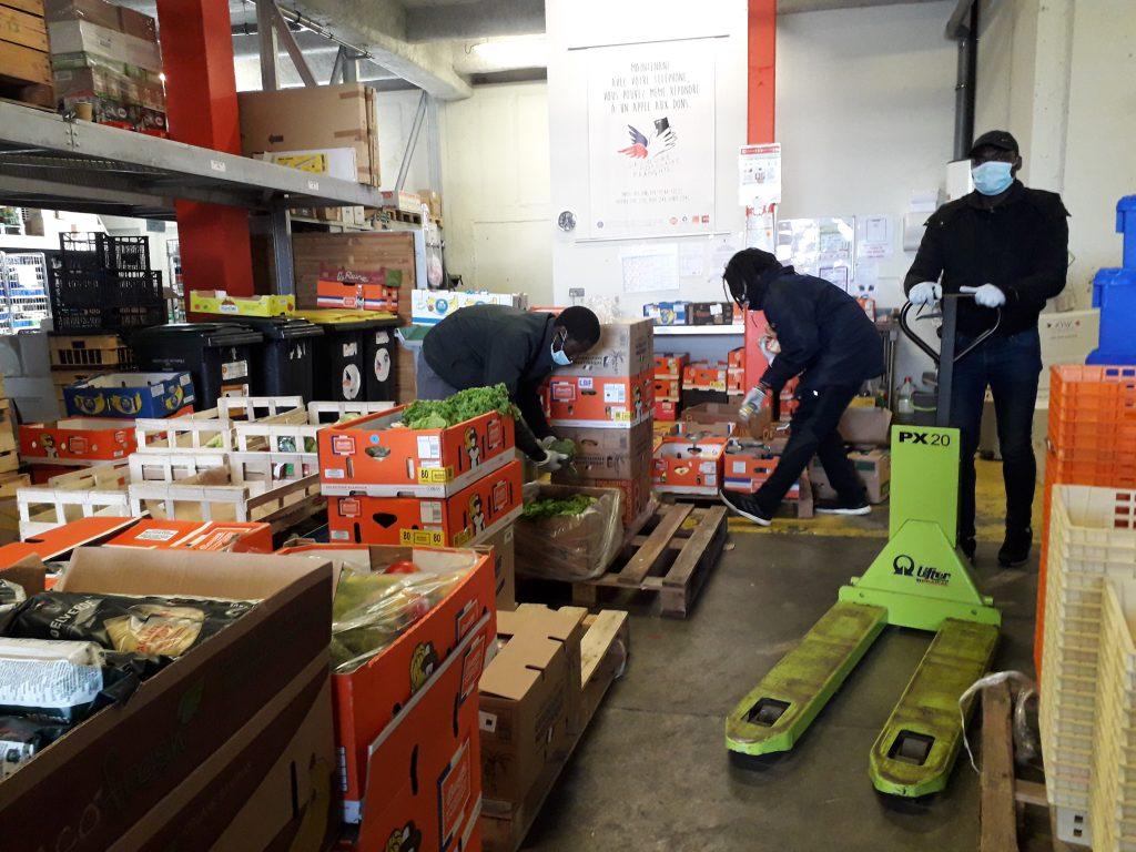 Distribution de denrées alimentaires au Secours Populaire d'Angers